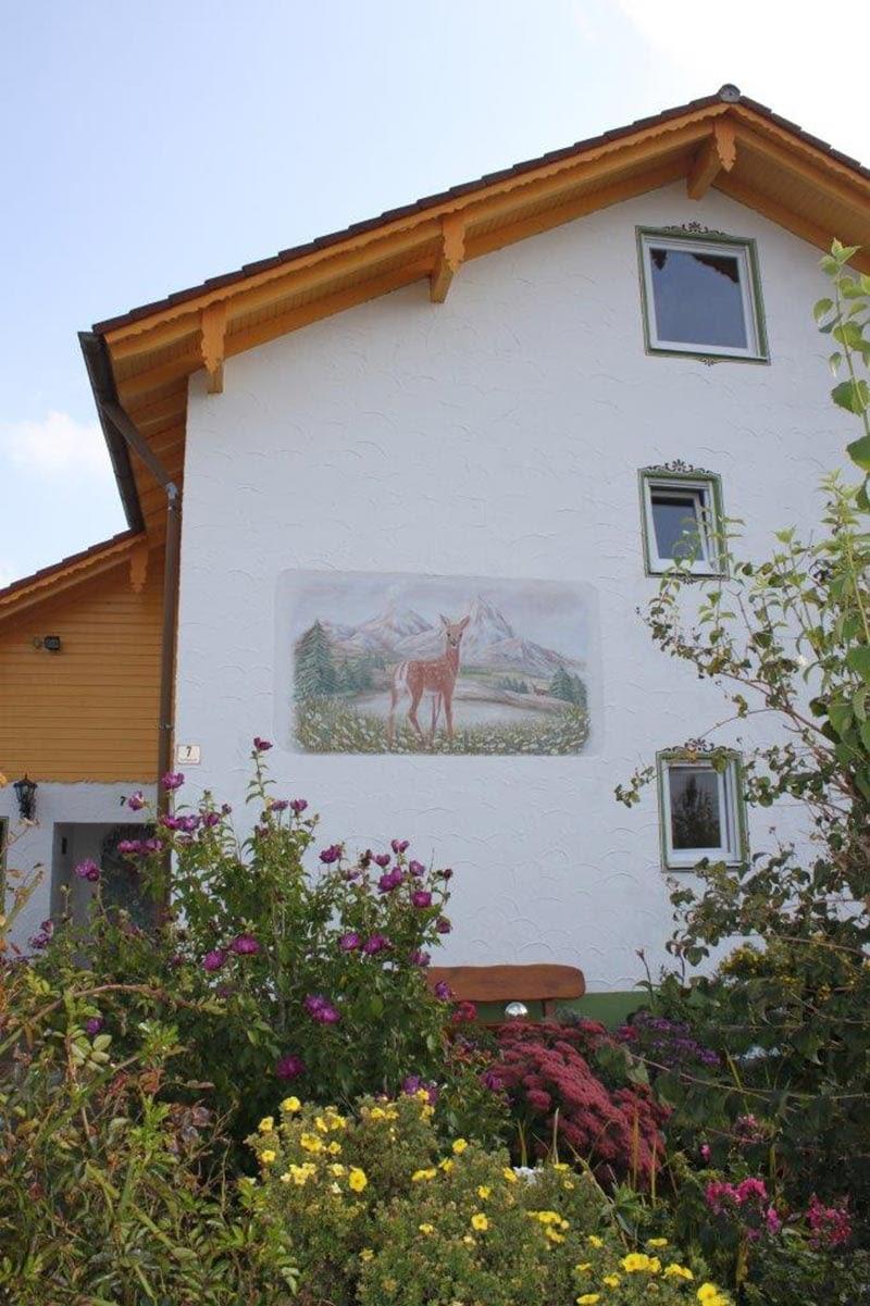 Lüftlmalerei: Hausfassade mit Rotwild
